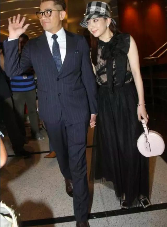 Kết hôn 2 năm, Quách Phú Thành tự hào nắm tay vợ nơi đông người - 5