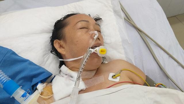Người đàn ông bị cổng làng sập đè suýt chết, vợ đột quỵ khi chăm chồng - 1
