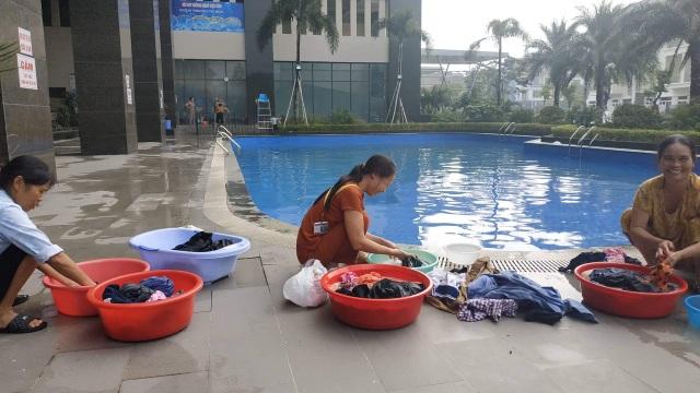 Dân Hà Nội xếp hàng từ đêm khuya, lấy cả nước từ... bể bơi về dùng - 1