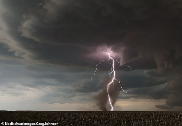 """Những hình ảnh ngoạn mục của một """"người đi săn bão"""" - 2"""