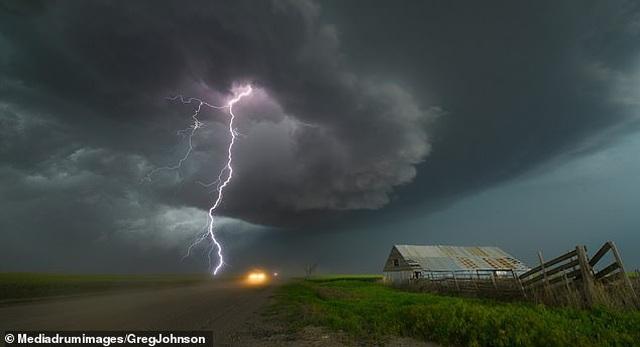 """Những hình ảnh ngoạn mục của một """"người đi săn bão"""" - 3"""