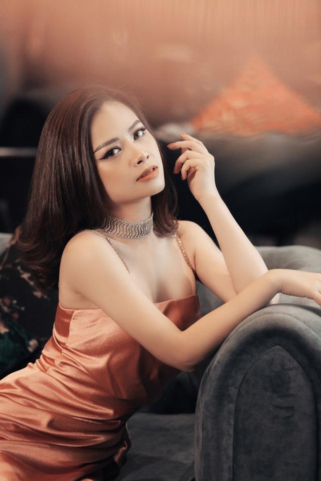 Dương Hoàng Yến diện váy sexy, khoe lưng trần gợi cảm - 4