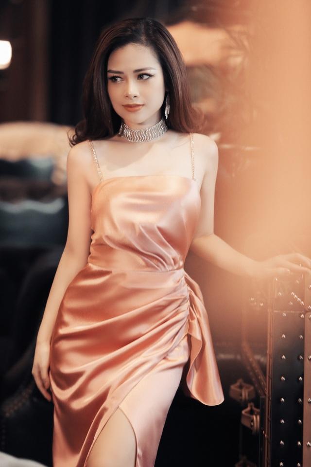 Dương Hoàng Yến diện váy sexy, khoe lưng trần gợi cảm - 1