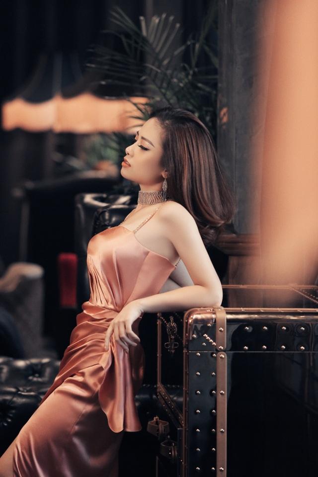Dương Hoàng Yến diện váy sexy, khoe lưng trần gợi cảm - 2