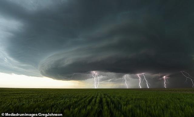 """Những hình ảnh ngoạn mục của một """"người đi săn bão"""" - 5"""