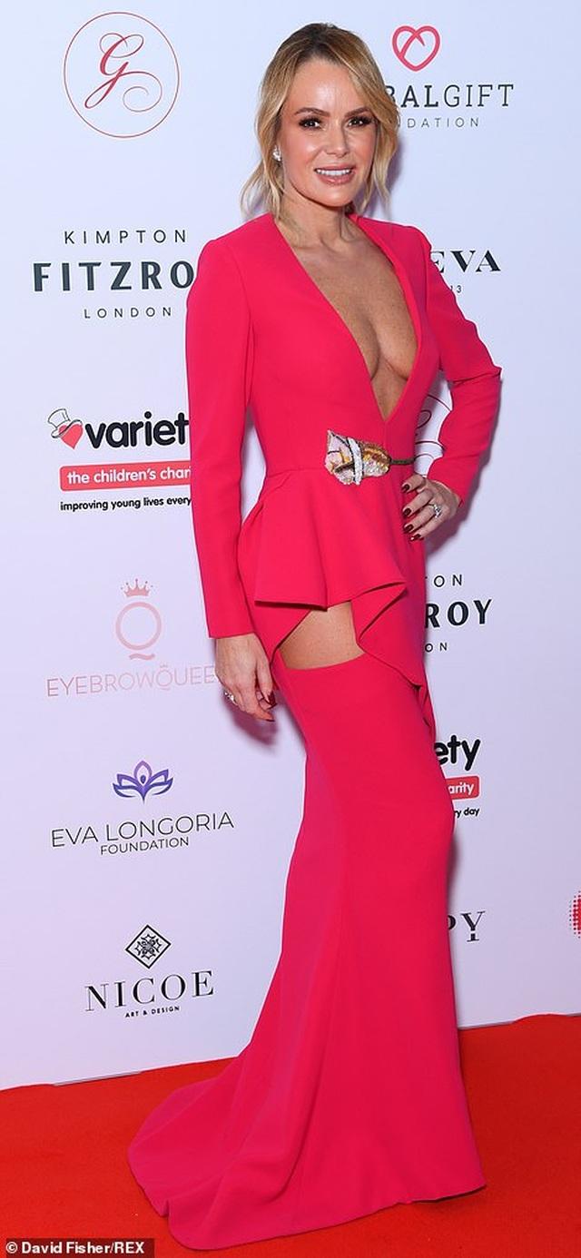 MC 48 tuổi Amanda Holden diện váy hở táo bạo - 8