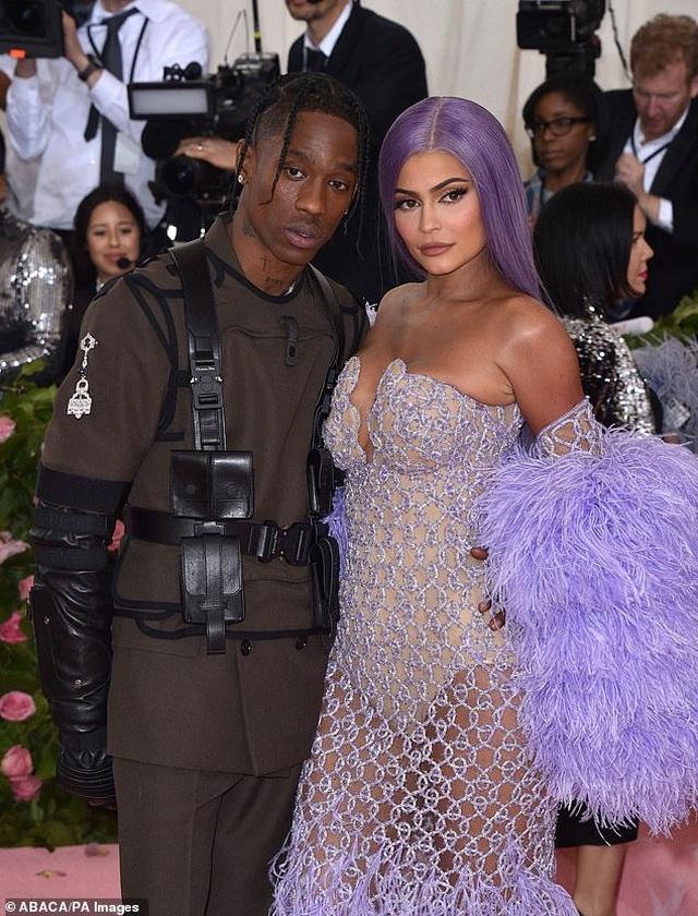 Kylie Jenner vẫn sống chung nhà với bạn trai cũ - 1