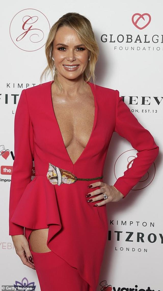 MC 48 tuổi Amanda Holden diện váy hở táo bạo - 2