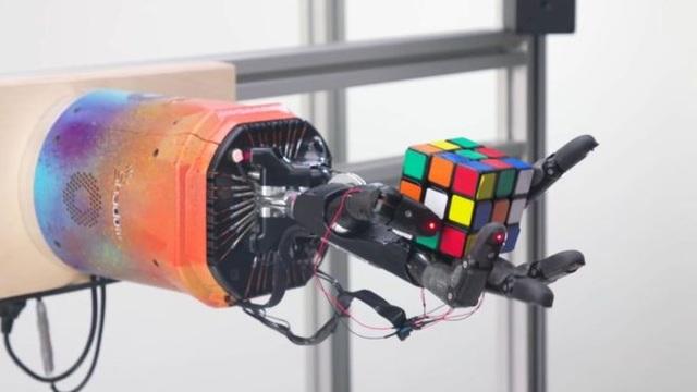 Bàn tay robot giải quyết khối Rubik chỉ trong khoảng 4 phút - 1