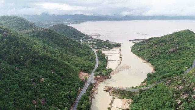 Lũ đánh gãy cầu tạm, 300 hộ dân bán đảo bị chia cắt với đất liền - 1