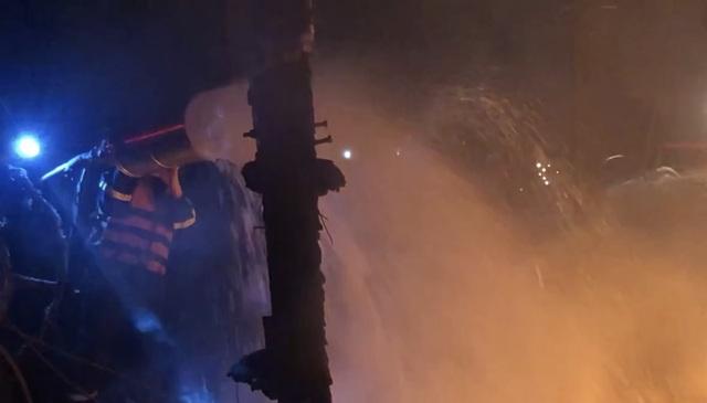 Tàu cá bốc cháy sau tiếng nổ, 3 tỷ đồng ra tro - 3