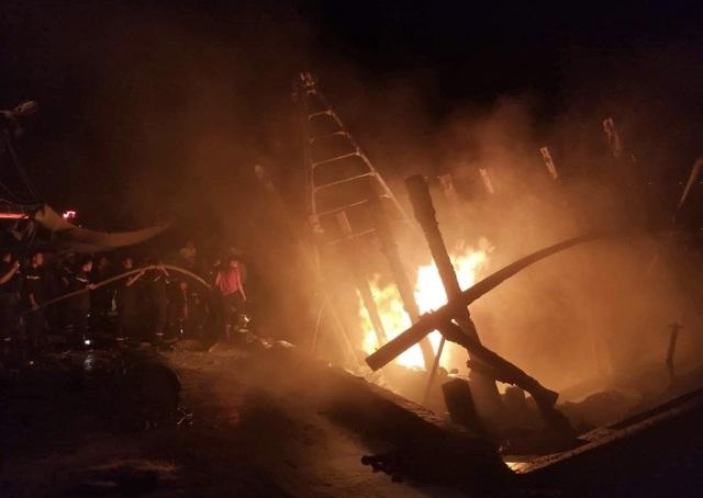 Tàu cá bốc cháy sau tiếng nổ, 3 tỷ đồng ra tro - 1