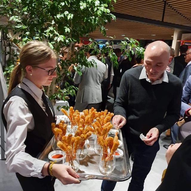 Bánh mì, nem rán, bánh ram ít Việt Nam thu hút thực khách ở Pháp  - 4
