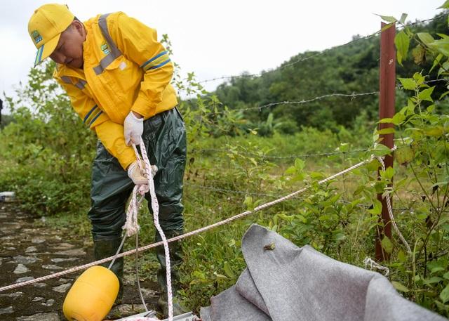Một tuần sau sự cố, Công ty Nước sạch sông Đà đặt tấm lọc dầu - 9