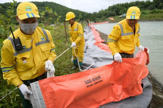 Một tuần sau sự cố, Công ty Nước sạch sông Đà đặt tấm lọc dầu - 8