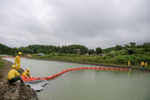 Một tuần sau sự cố, Công ty Nước sạch sông Đà đặt tấm lọc dầu - 10