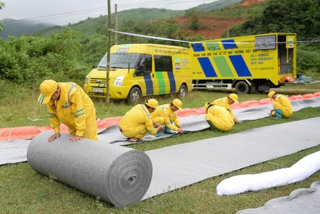 Một tuần sau sự cố, Công ty Nước sạch sông Đà đặt tấm lọc dầu - 5