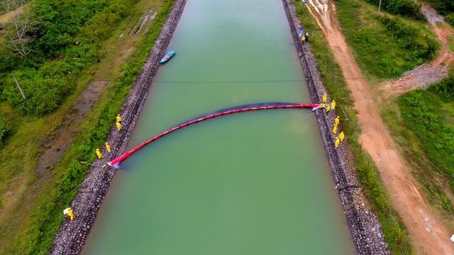 Một tuần sau sự cố, Công ty Nước sạch sông Đà đặt tấm lọc dầu - 12