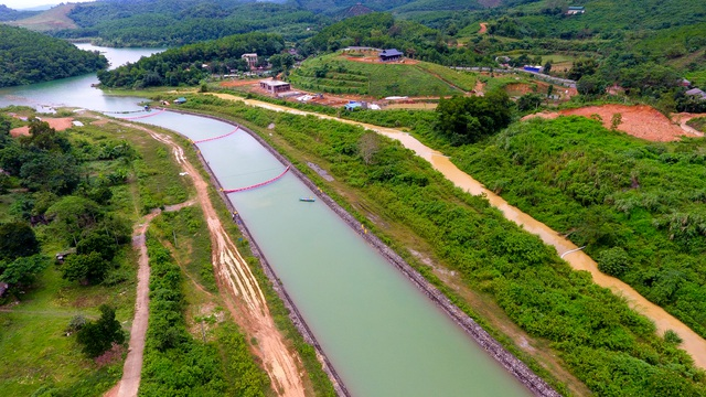 Một tuần sau sự cố, Công ty Nước sạch sông Đà đặt tấm lọc dầu - 1