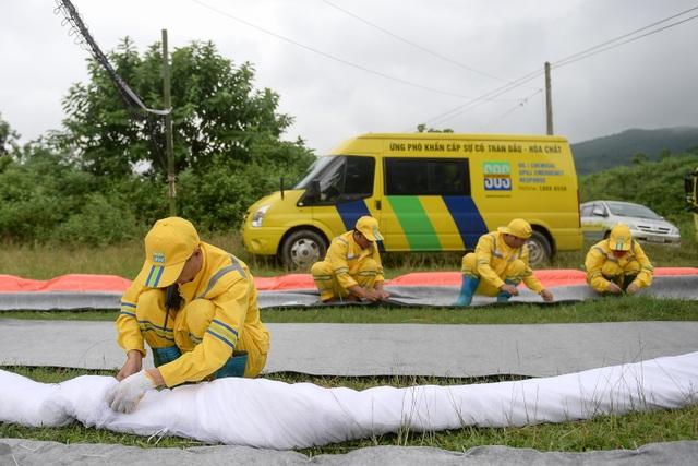 Một tuần sau sự cố, Công ty Nước sạch sông Đà đặt tấm lọc dầu - 3