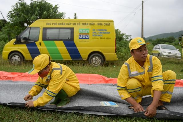 Một tuần sau sự cố, Công ty Nước sạch sông Đà đặt tấm lọc dầu - 6