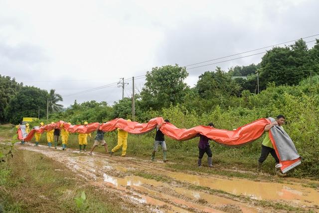 Một tuần sau sự cố, Công ty Nước sạch sông Đà đặt tấm lọc dầu - 7