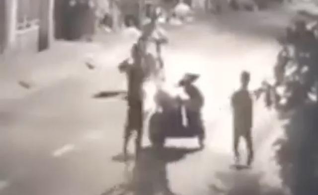 Nhóm thanh thiếu niên đánh người cướp xe máy bị camera ghi hình - 1