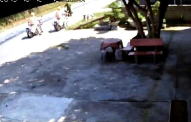 """CSGT dọn 2 bao tải rác nằm """"chỏng chơ"""" giữa đường - 1"""