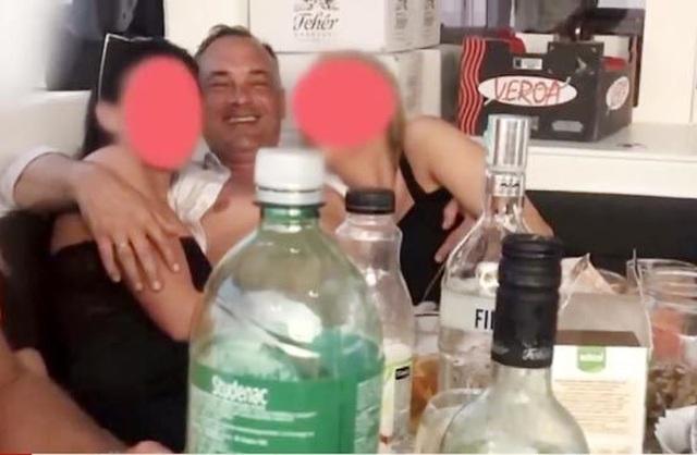 Thị trưởng lộ băng sex với gái gọi vẫn tái cử - 3