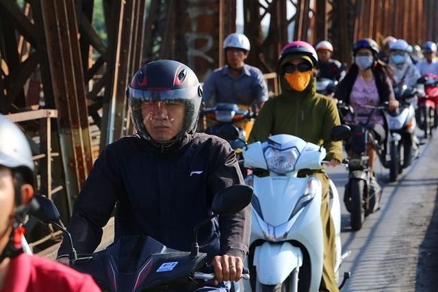 Đón gió lạnh đầu mùa, người Hà Nội mặc áo ấm xuống đường - 1