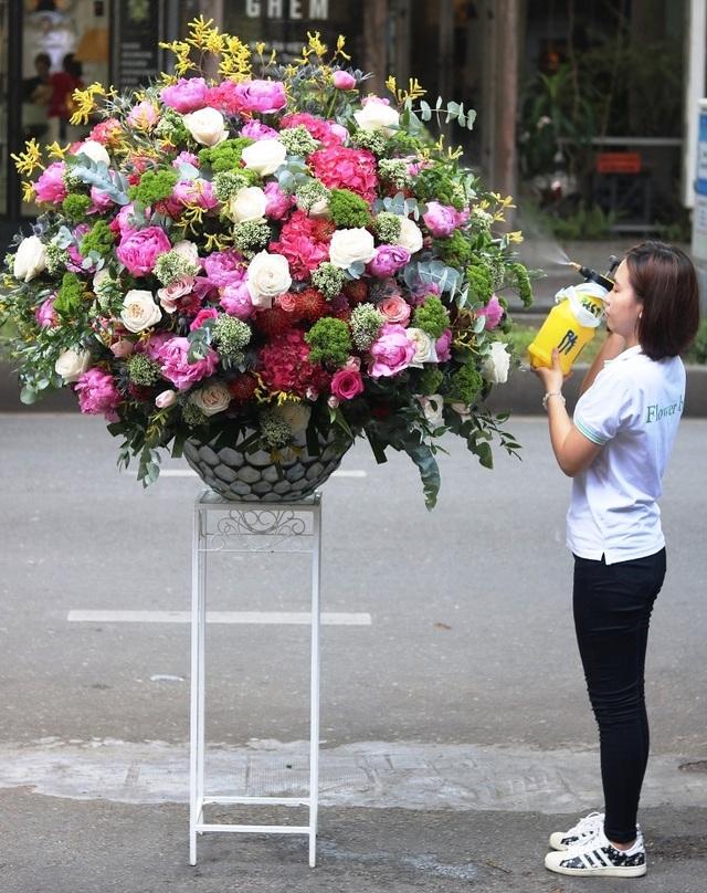 """Lộ diện bình hoa """"khủng"""" tặng chị em ngày 20/10 trị giá 60 triệu đồng - 6"""