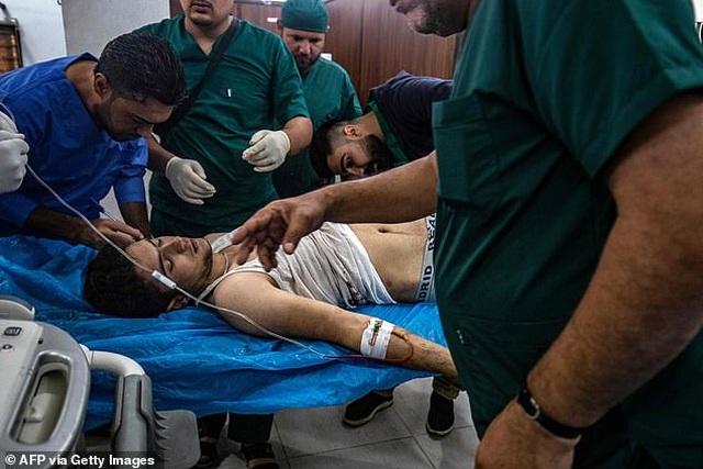 Những đứa trẻ Syria bị trúng bom trong chiến sự dữ dội của Thổ Nhĩ Kỳ - 7