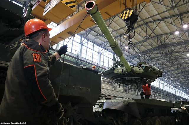 Bên trong nhà máy sản xuất siêu tăng huyền thoại của Nga - 1