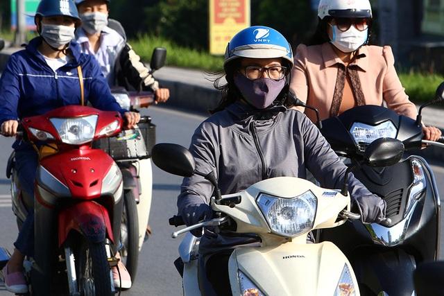 Đón gió lạnh đầu mùa, người Hà Nội mặc áo ấm xuống đường - 2