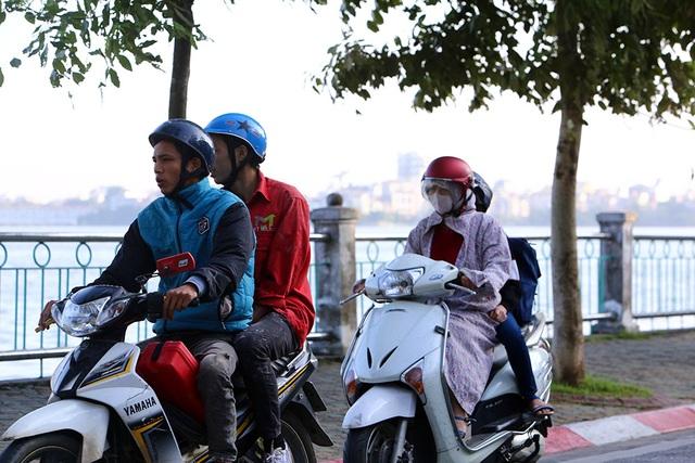 Đón gió lạnh đầu mùa, người Hà Nội mặc áo ấm xuống đường - 4