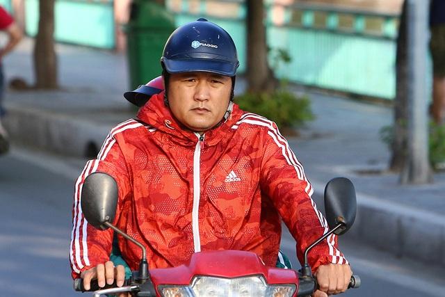 Đón gió lạnh đầu mùa, người Hà Nội mặc áo ấm xuống đường - 5