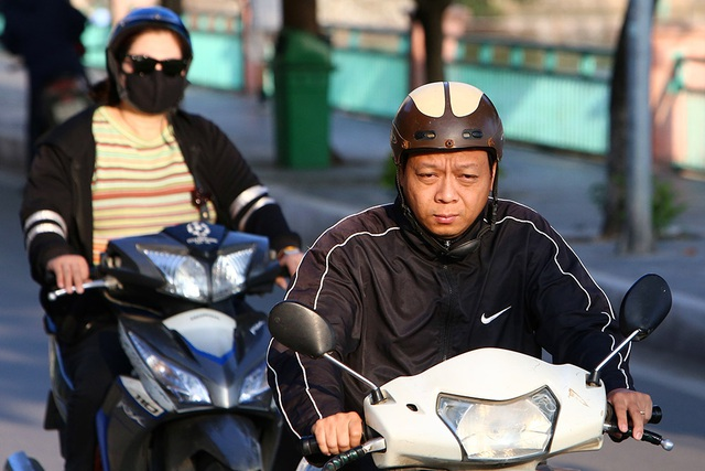 Đón gió lạnh đầu mùa, người Hà Nội mặc áo ấm xuống đường - 6