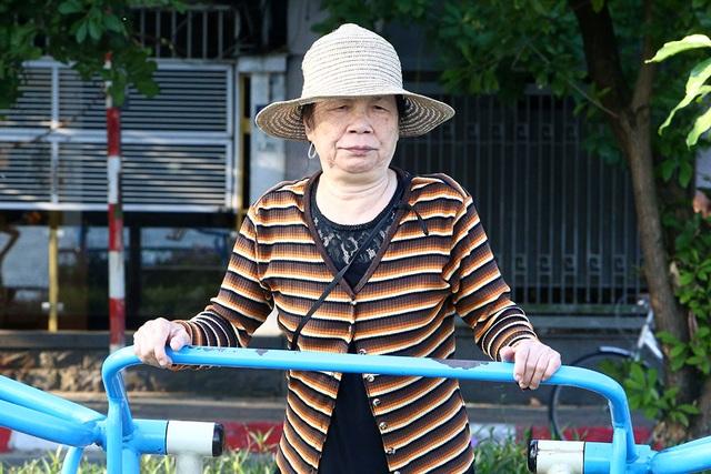 Đón gió lạnh đầu mùa, người Hà Nội mặc áo ấm xuống đường - 8