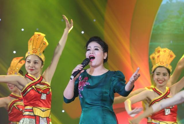 Anh Thơ, Tân Nhàn, Hoàng Tùng xúc động khi hát về tình mẹ - 2