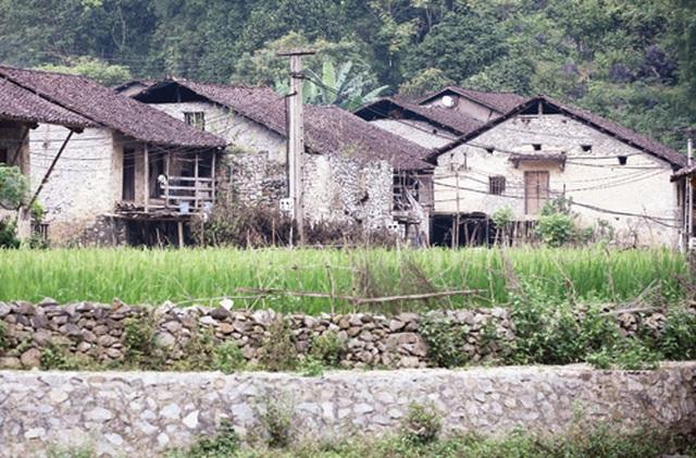 Dưới những ngôi nhà sàn đá độc đáo nhất Việt Nam - 2