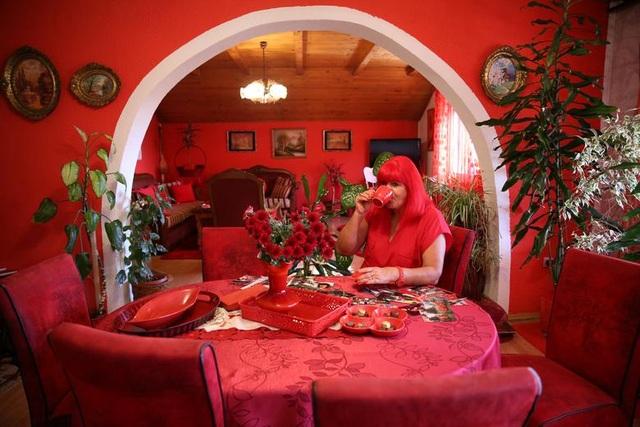 Mục sở thị căn phòng nóng nhức mắt của quý bà mê màu đỏ - 1