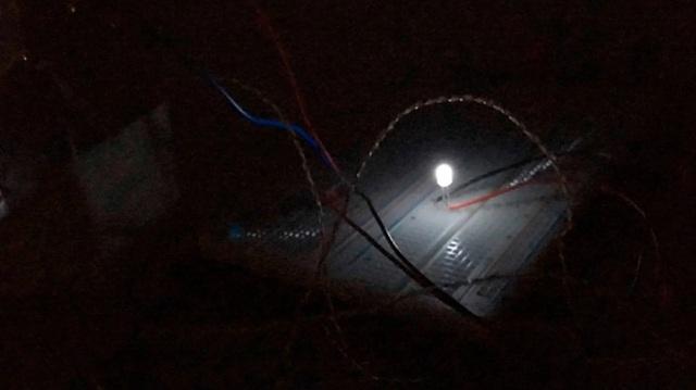 """Khó tin: Các nhà khoa học tìm được cách tạo ra điện từ """"bóng đêm"""" - 3"""