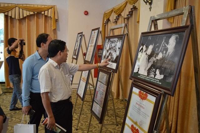 Dấu ấn nhà viết kịch Nguyễn Trung Phong với kịch hát Ví - Giặm qua những bức ảnh triển lãm.