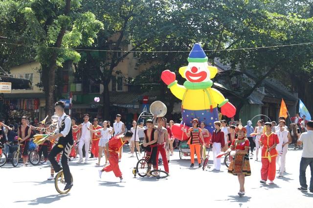 150 nghệ sĩ biểu diễn nghệ thuật xiếc trên phố đi bộ Hồ Gươm - 9