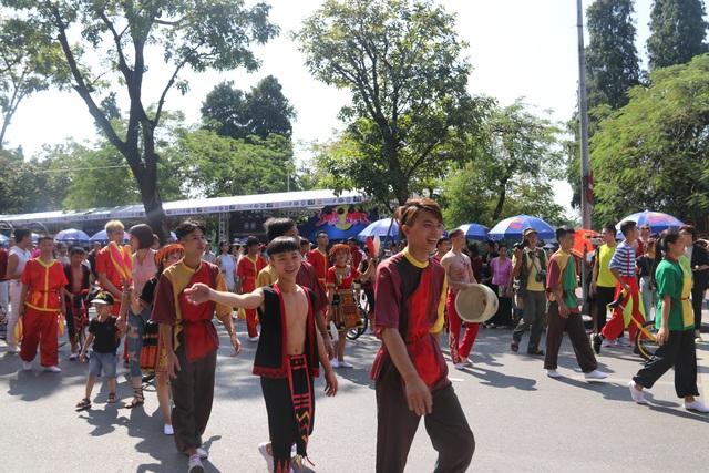 150 nghệ sĩ biểu diễn nghệ thuật xiếc trên phố đi bộ Hồ Gươm - 6
