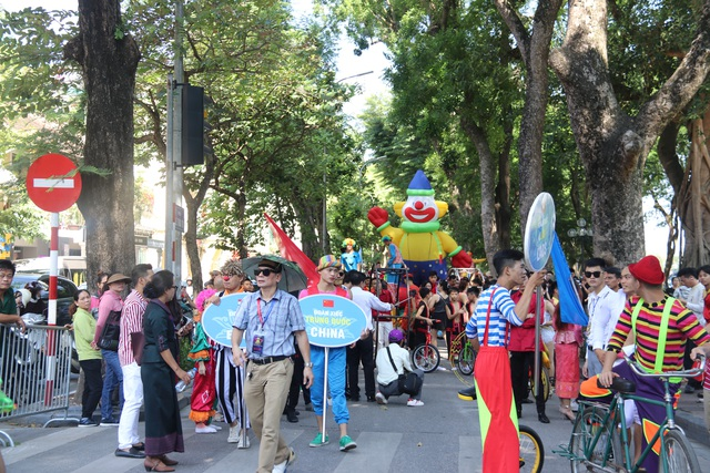 150 nghệ sĩ biểu diễn nghệ thuật xiếc trên phố đi bộ Hồ Gươm - 5