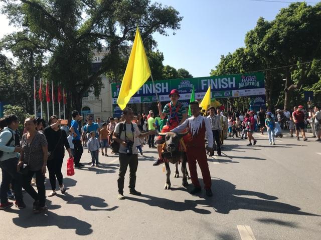 150 nghệ sĩ biểu diễn nghệ thuật xiếc trên phố đi bộ Hồ Gươm - 3