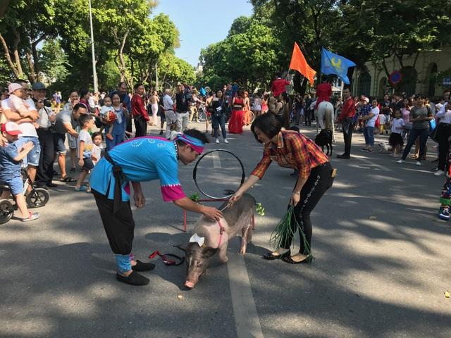 150 nghệ sĩ biểu diễn nghệ thuật xiếc trên phố đi bộ Hồ Gươm - 2