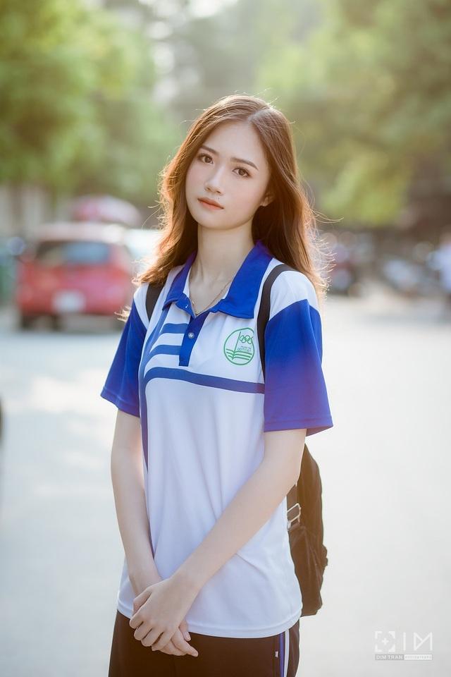 Nữ sinh bất ngờ nổi tiếng với bộ ảnh mặc đồng phục trường - 2
