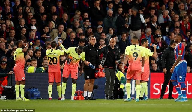 Vượt qua Crystal Palace, Man City thu hẹp khoảng cách với Liverpool - 1